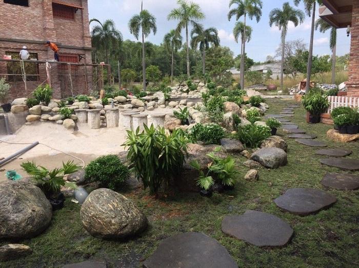 Đá cuội được sử dụng làm cho không gian sân vườn đẹp hơn
