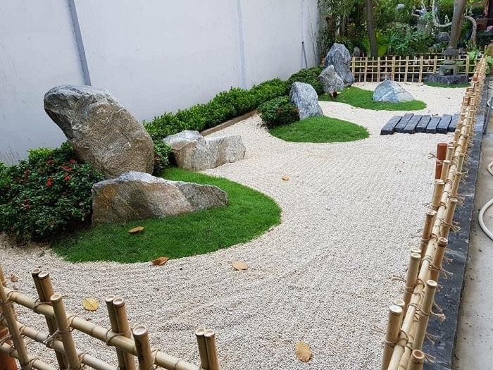 Một góc của sân vườn được trang trí bằng đá