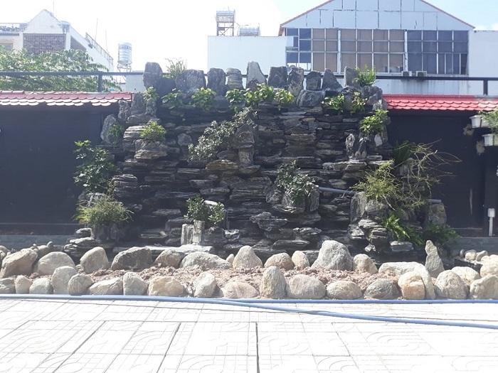 Hòn non bộ được trang trí các loại đá cảnh